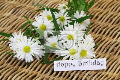 Happy Birthday Karte.Bild Happy Birthday Karte Mit Gänseblümchen Blumen Auf Korbweide Oberfläche