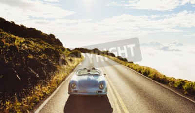 Bild Happy Couple Antreiben auf Landstraße in klassischer Weinlese-Sport-Auto-