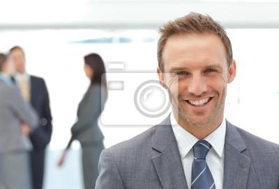Happy Geschäftsmann posiert vor seinem Team