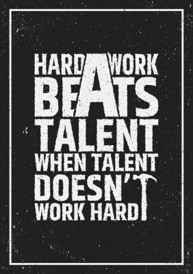 Bild Harte Arbeit schlägt Talent motivierend inspirierend Zitat auf grunge Hintergrund.