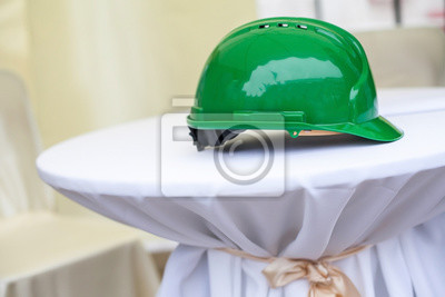 Harten Hut auf einem weißen Sockel. Grüne harte Hut.