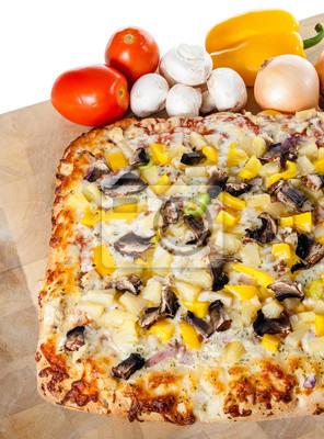 Hausgemachte Pizza mit sortierten Toppings