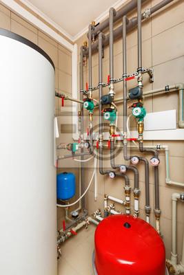 Haushalt kessel haus mit wärmepumpe, fass; ventile; sensoren ...