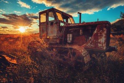 Bild HDR-Bild des alten rostigen Traktors auf einem Gebiet. Sonnenuntergang erschossen