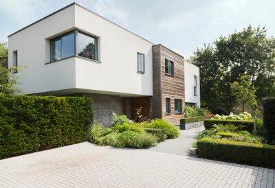 Bild Hedges around modern house