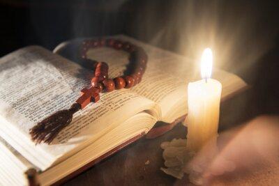 Bild Heilige Buch und Kreuz auf einem hölzernen Hintergrund