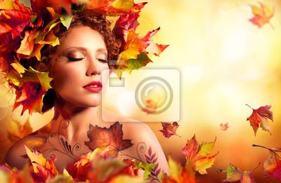 Herbst-Frau Portrait - Beauty Model Girl - mit roten Blättern