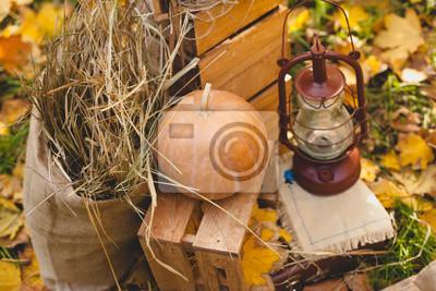 Herbst Stilleben von Kürbissen Heu und Lampe