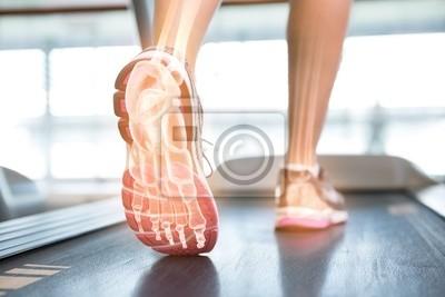 Hervorgehobene Fuß der Frau auf Laufband