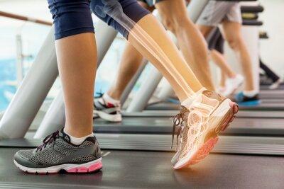Hervorgehobene Knöchel der Frau auf Laufband