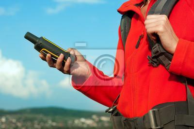 Hiker junge Frau hält in der Hand GPS