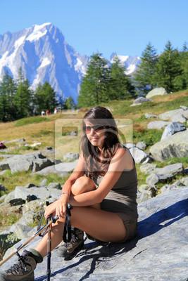 Hiker Mädchen sitzt auf einem Berg aus Stein