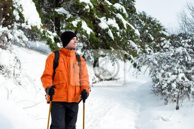 Hiker stehend im Schnee Wald