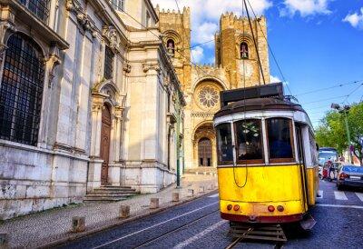 Bild Historische gelben Tram vor der Kathedrale von Lissabon, Lissabon,