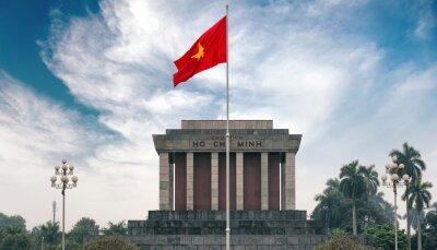 Bild Ho-Chi-Minh-Mausoleum in Hanoi mit roten kommunistischen Fahne