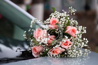 Hochzeit Bouquet Auf Der Motorhaube Des Autos Leinwandbilder