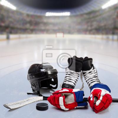 Hockey Ausrüstung auf Eis der überfüllten Arena