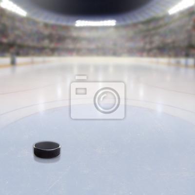 Hockey Puck auf Eis der überfüllten Arena