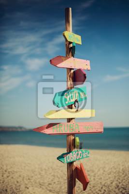 Hölzernes handgemachtes signpost auf dem tropischen Strand.