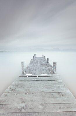 Bild Holzsteg am See an einem bewölkten und nebligen Stimmung.