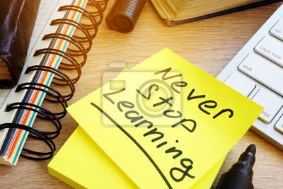 Bild Hören Sie nie auf, auf einem Memo-Stick zu lernen. Lebenslanges Lernen Konzept.