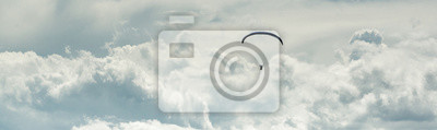 Bild Horizontal cropped image paraglider over cloudy sky background