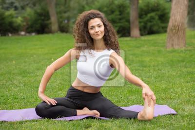 Hübsche Frau macht Yoga-Übungen