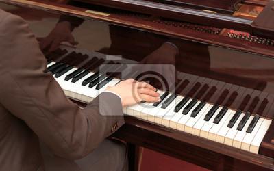 Bild Hübsche junge Männer, die Klavier spielen