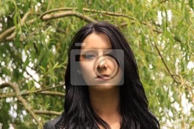 hübsche schwarzhaarige mädchen