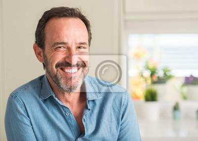 Bild Hübscher Mittelaltermann mit einem glücklichen Gesicht, das mit einem überzeugten Lächeln steht und lächelt, das Zähne zeigt