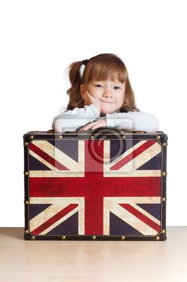 Hübsches Mädchen mit einem Koffer mit britischer Flagge