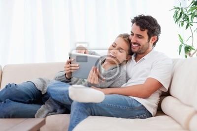 In der Liebe Paar mit einem Tablet-Computer