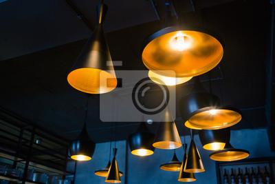Bild Industrielle Pendelleuchten gegen raue Wand, Loft-Stil