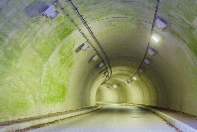 Bild Innenraum eines städtischen Tunnel am Berg ohne Verkehr ..