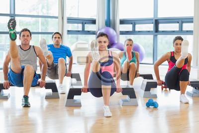 Instructor mit Fitness-Klasse der Durchführung von Schritt Aerobic-Übung