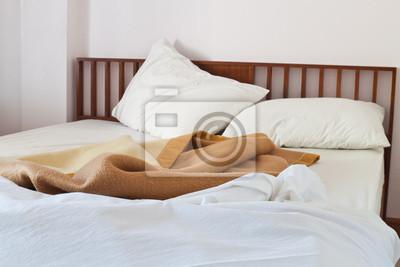 Bild Interior Schuss Motelzimmer mit chaotischen Naturweg Bett.