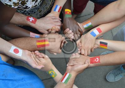 Bild Internationale Brüder und Schwestern mit verschiedenen Flaggen auf dem Armen.