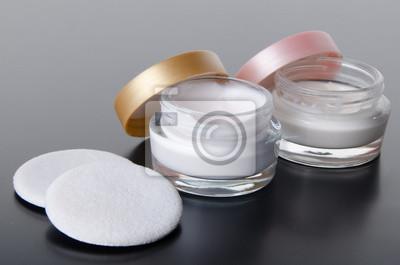 Bild Jar of moisturizer cream and cotton