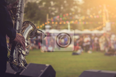 Bild jazz musician playing outdoor concert