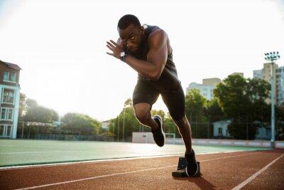 Bild Junge afrikanische Läufer auf Rennstrecke laufen