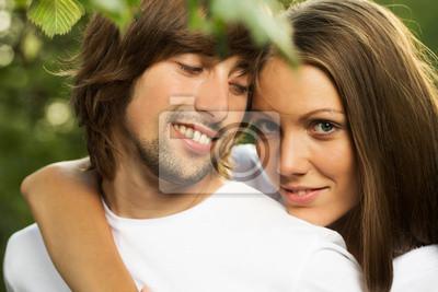 Junge attraktive Paar zusammen im Freien