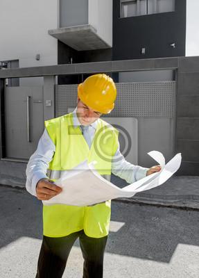 Bild junge attraktive Vorarbeiter Arbeiter Überwachung der Gebäudelichtpausen im Freien tragen Helm Bau