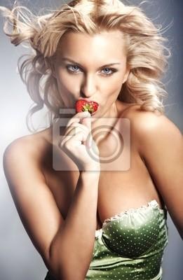 Junge Dame isst eine Erdbeere