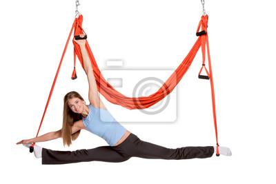Junge Frau, die Antigravitation Yoga-Übungen in der Dehnung