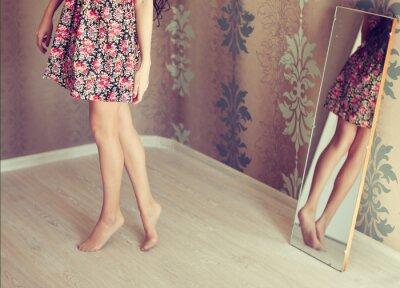 Bild junge Frau dreht den Spiegel