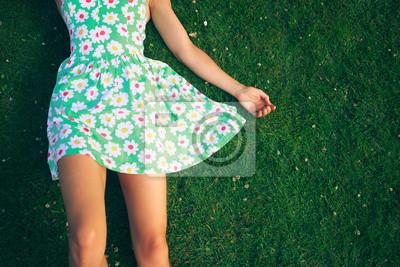 Bild Junge Frau im Kleid liegend auf gerass