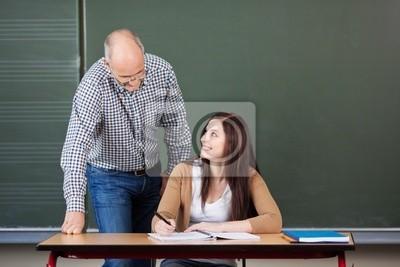Junge Frau im unterricht