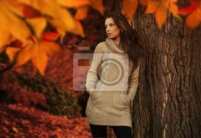 Junge Frau in einem romantischen Herbstlandschaft