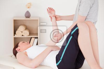 Junge Frau mit einem Arm-Massage