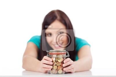 junge frau mit Einem Glas voll Geldmünzen